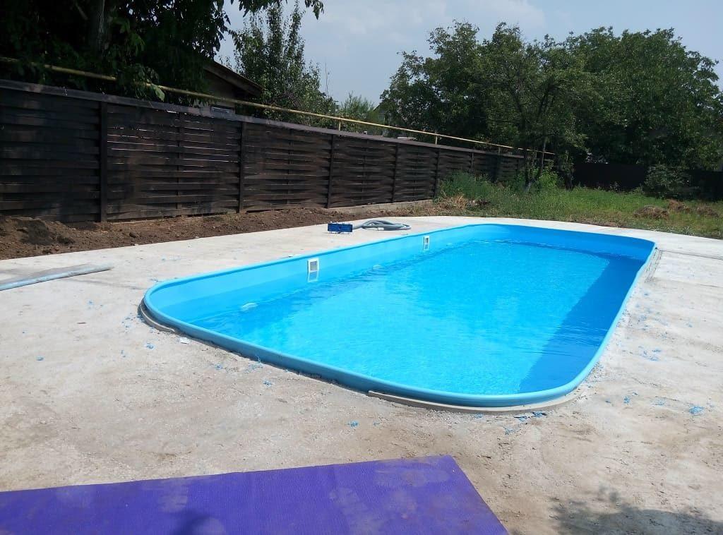 Пластиковый бассейн во дворе