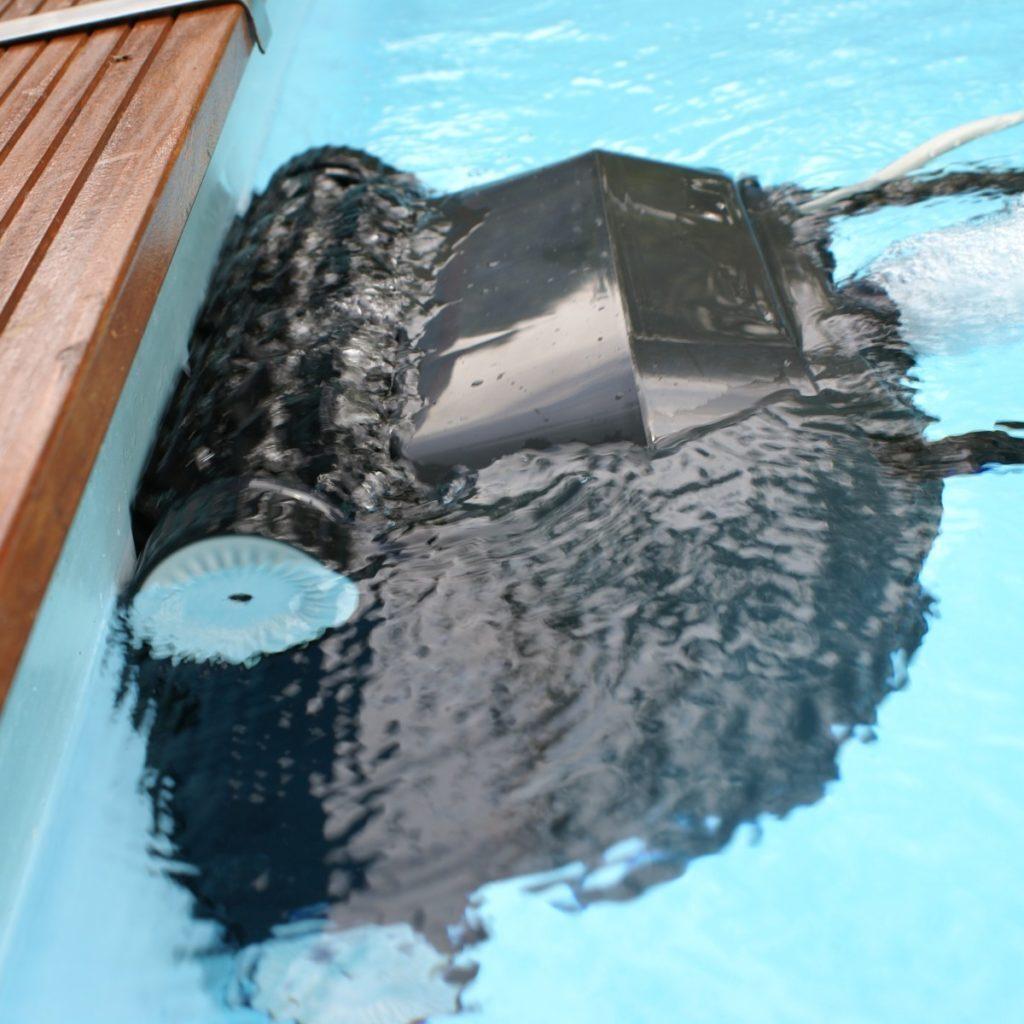 Робо-пылесос в бассейне